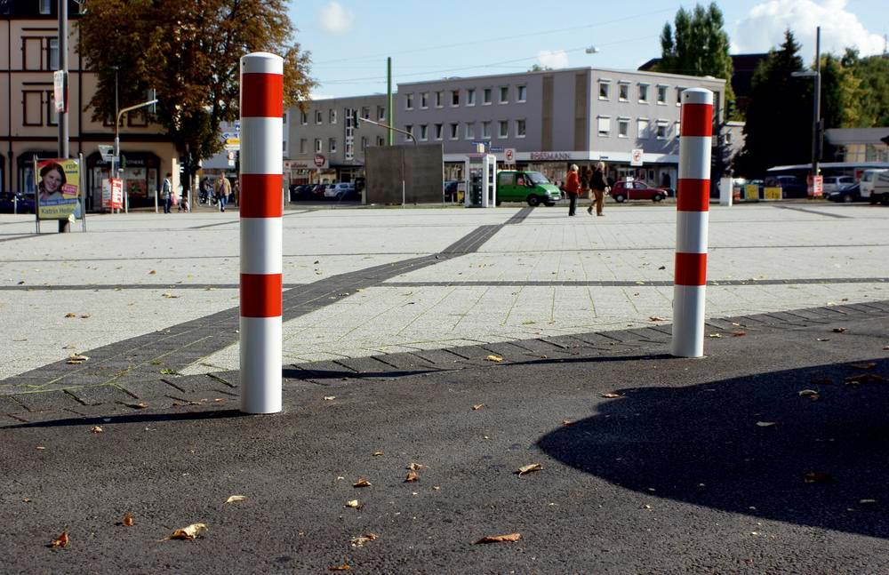 Barrier post in steel, galv., coated white, 3 red stripes, dm 273, H 2000 mm, for concreting in