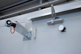 Door retaining device with general technical approval for Fire Rated stores with 2-wing door-w280px