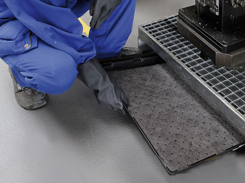 Absorbent mats in trays for soil-sparing and spatter-free collection of even larger amounts of liquid in hard to reach places