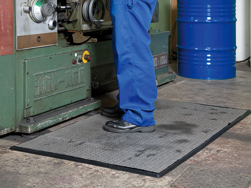 Ergonomic workplace mats in combination with non-woven mats for a healthy and clean standing at the workplace